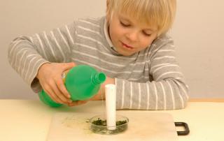 Grundschulblog Sachunterricht Experiment Herbst Brennspiritus dazugeben
