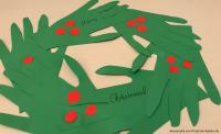 Christmas wreath: Selbst gebastelter Kranz aus Handabdrücken