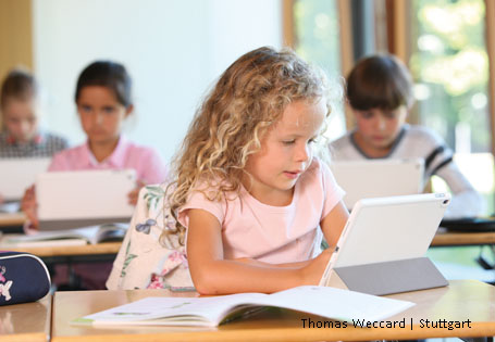 Kind tablet Grundschule Klasse
